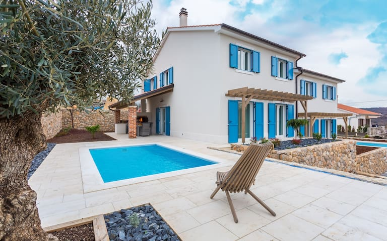 Villa Tana with a pool, outdoor kitchen, BBQ, SUP
