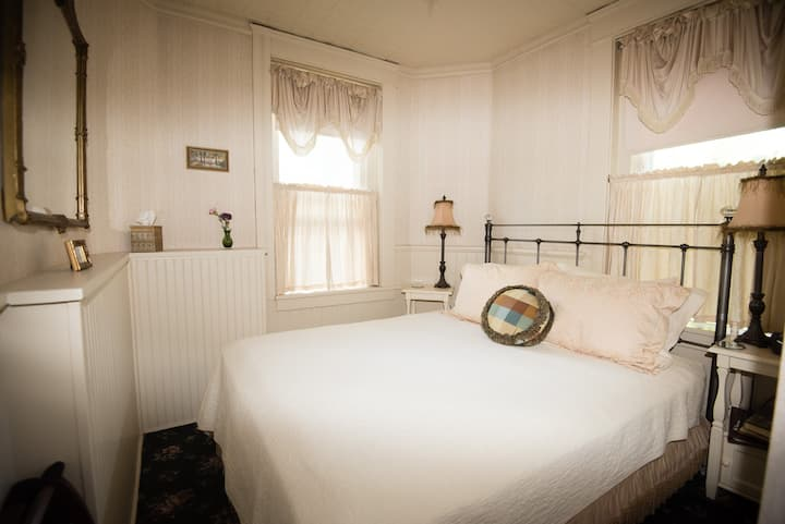 Cozy room in historic Flagstaff home!