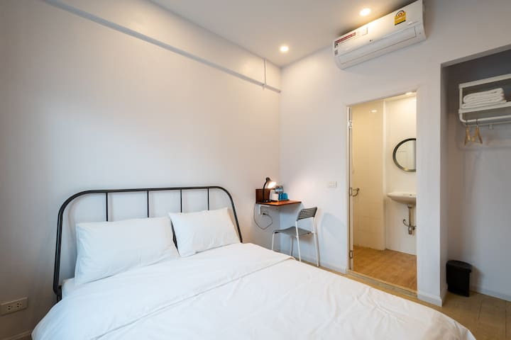 DELUXE ROOM  - QUEEN SIZE BED  - PRIVATE BATHROOM - TV
