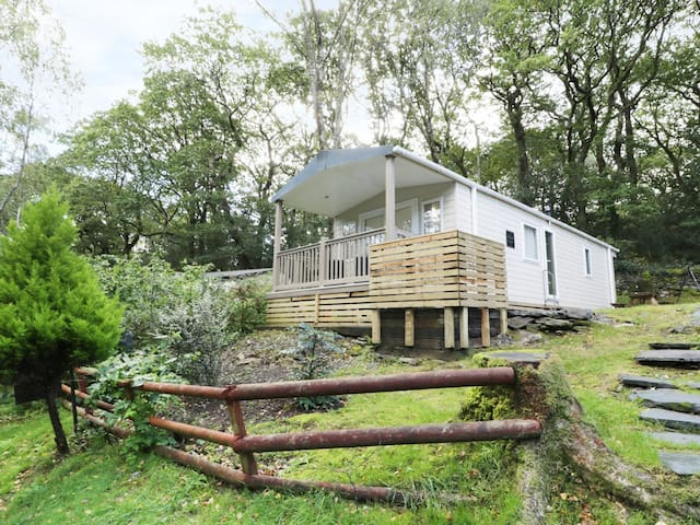THE HOLLIES, pet friendly, with a garden in Prenteg, Ref 985650