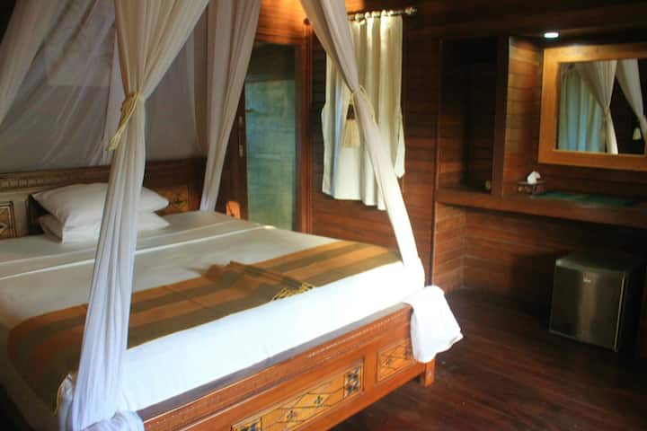 Private traditional bungalow in lembongan
