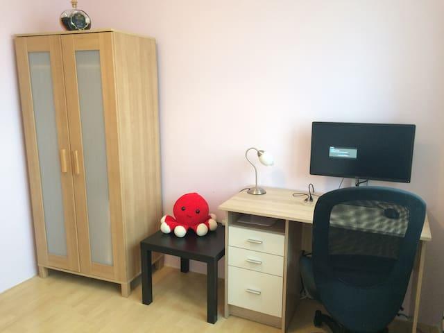 Matthew's study. Clean. Simple. - Bratislava - 公寓