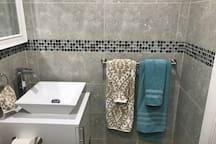BAÑO toallas,jabón liquido,champú  ,acondicionador,secador de cabello