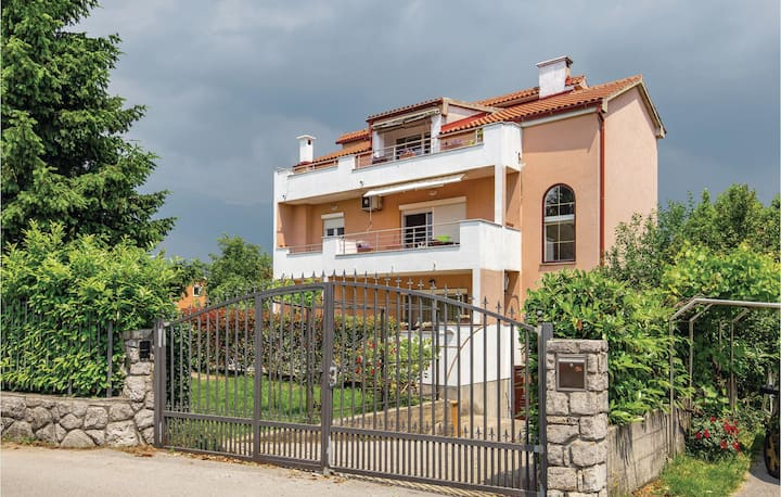 Stunning home in Marinici with WiFi and 2 Bedrooms