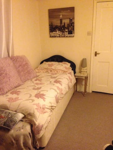 Lovely bedroom with single bed - Brighton - Daire