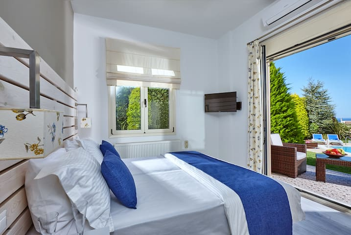 bedroom for pleasant sleep overlooking the pool and the capital of crete
