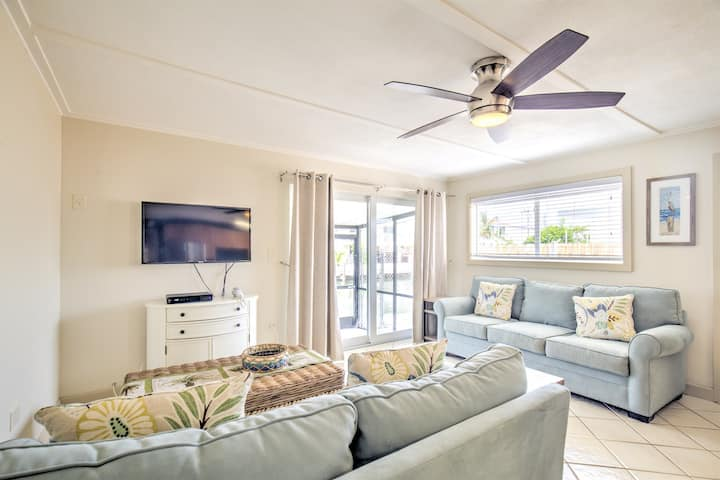 Waterfront Hideaway- Peace and Quiet in the heart of Marathon!