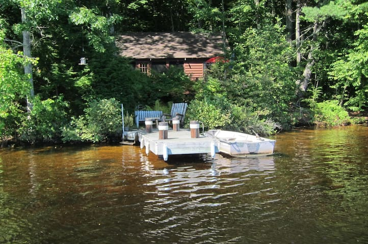 Secluded Lakeside Cabin, Rowboat - Weare - Hytte