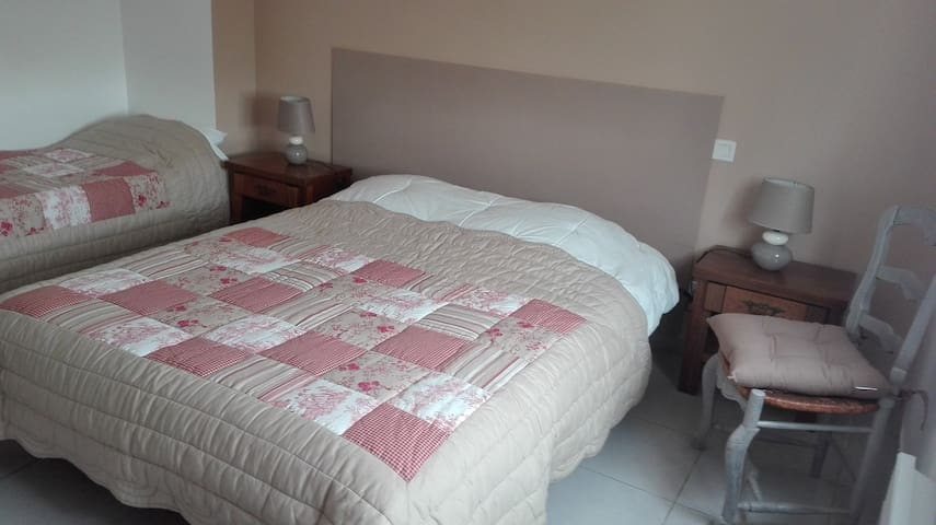 Chambre avec 1 lit en 160 et  1 lit en 90
