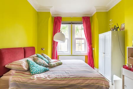 Large bright kingsize bedroom in quiet location.