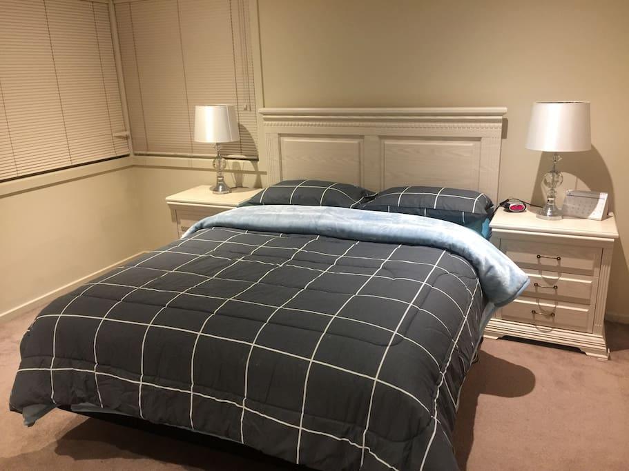 Master Room with queen ADJ Bed
