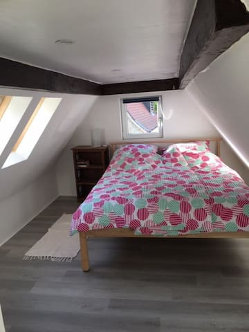 Kuscheliges Schlafzimmer unter dem Dach  - mit Klimaanlage