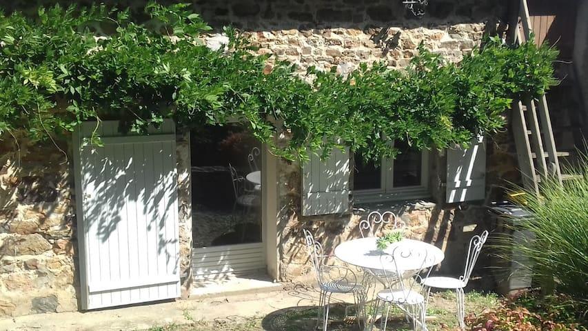 Maison entière au cœur du village proche de Laval