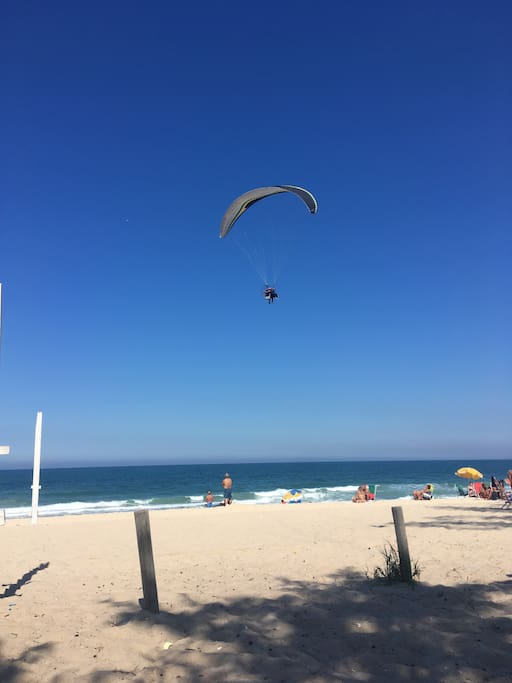 Parapentista!  Passeando ao mar!! Surfando nas ondas! Do inverno !! Rio de Janeiro continua lindo!