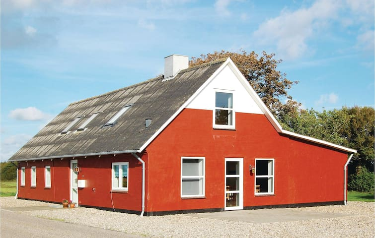 Holiday cottage with 6 bedrooms on 180m² in Bredebro