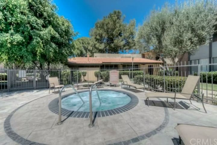 Master Bedroom, Quiet Condo, Pool, Jacuzzi, Gym! - Torrance - Apartment
