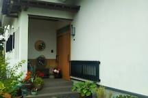 花灯りの玄関です。 The entrance.