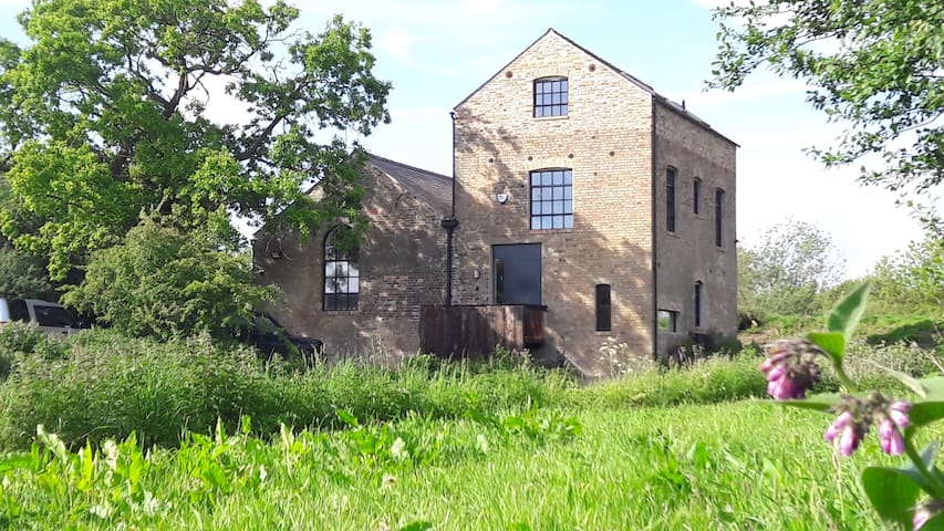 The Pumphouse, Hilgay - riverside property