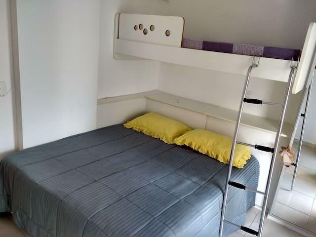 4 camas solteiro, sendo uma no alto e outra de puxar alem de duas normais