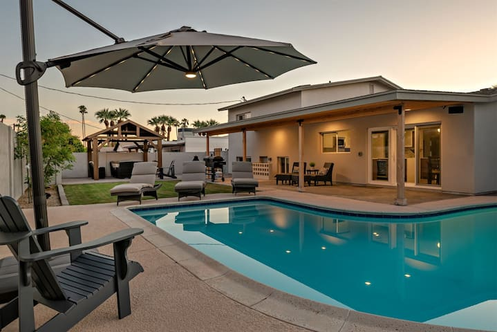 Modern & Pristine w/Private heated* pool, Fire pit, & minutes to Old Town!