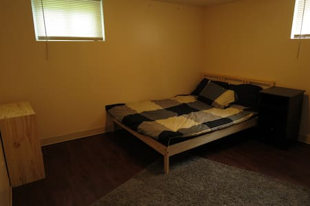 Private bed and bath close to airport and metro - Ferguson - House