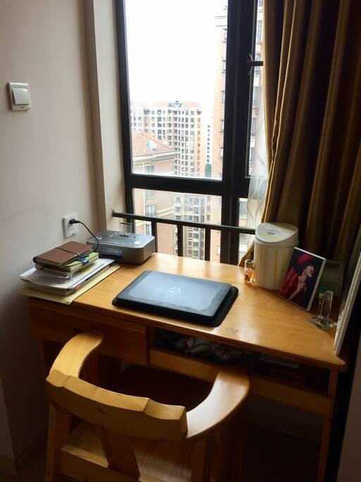 主卧的书桌,有台飞利浦的音响,可以收听广播,可以充苹果手机,播放苹果手机里的歌曲。