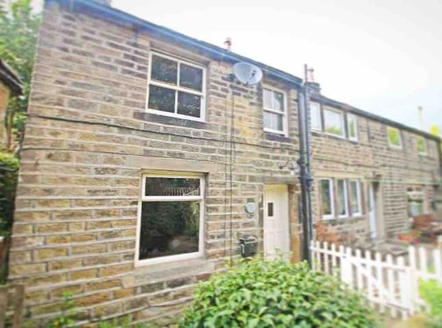 Holmfirth Cottage: doorstep of the Peak District