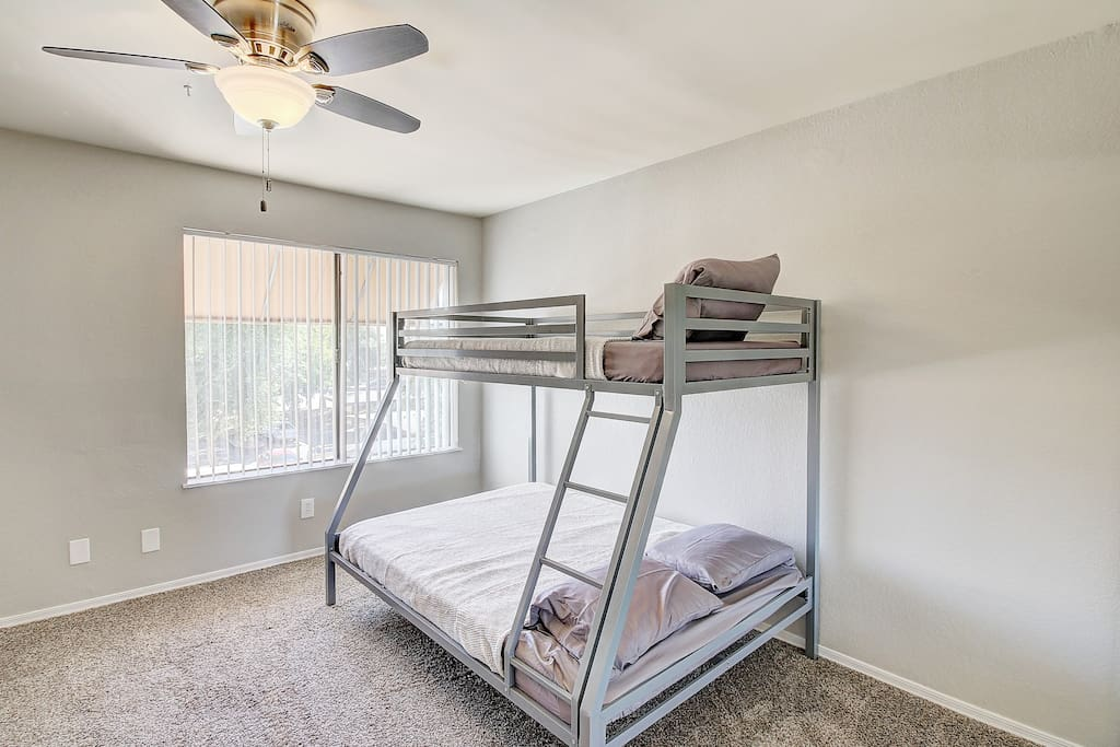 Bottom is a queen bed Top is a twin (upstairs beds in loft area)