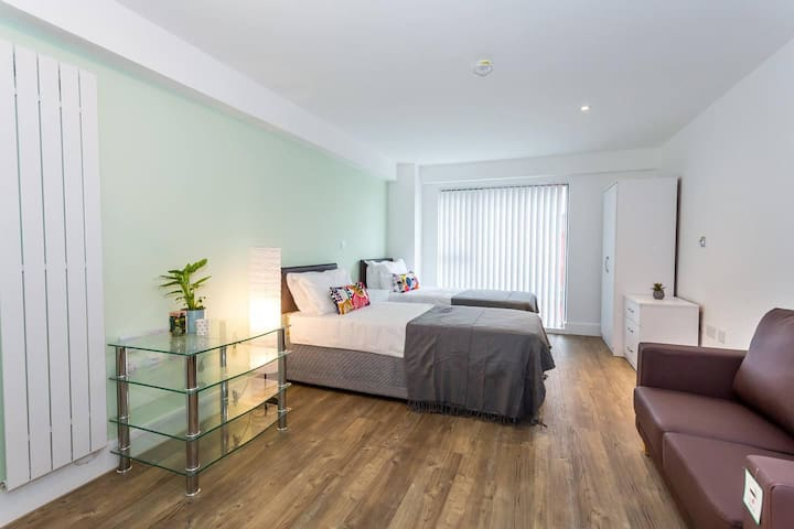 Comfortable studio apartment in central Oldham