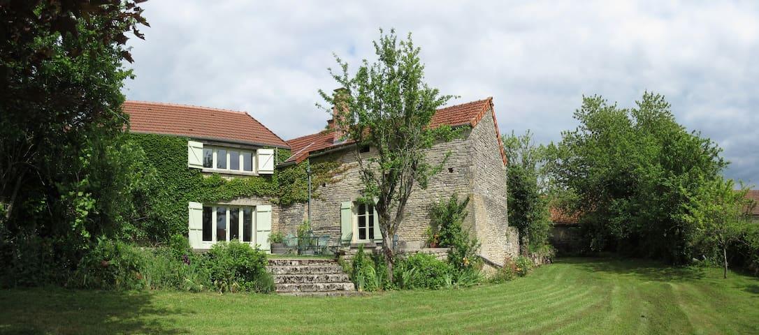 Delightful farmhouse, tranquil village - Asnières-en-Montagne - House