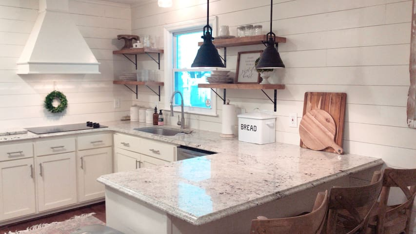Modern Farmhouse Style•minutes from LU!•10 guests•