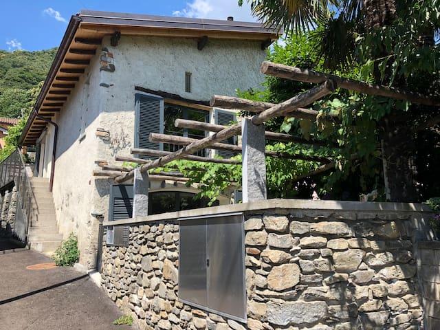 Ruhiges Tessinerhaus mit Aussicht 10 km von Lugano