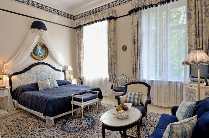 """Hotel """"Belle Epoque"""", (Baden-Baden), Doppelzimmer Deluxe mit Badewanne und WC"""