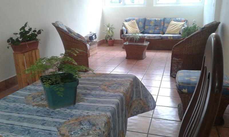 espacio para sala y comedor pequeño, acogedor, buen ambiente
