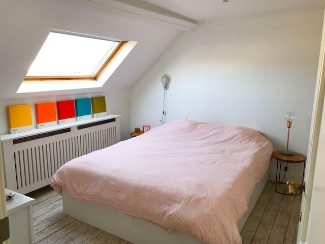 Private sleeping room with double bed, storage space - Chambre à coucher double avec espaces de rangements - Slaapkamer met opbergruimte
