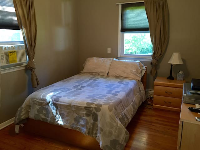 Beautiful furnished bedroom - Belleville - Casa