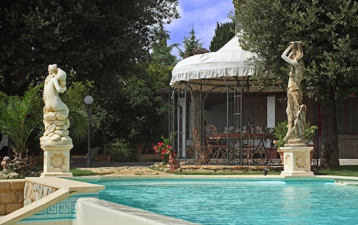 Wonderful private villa with WIFI, private pool, hot tub, A/C, TV, patio, close to San Gimignano
