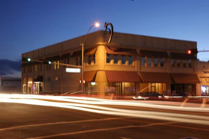 208/    Yakima Downtown Apartment,  Sleeps 4