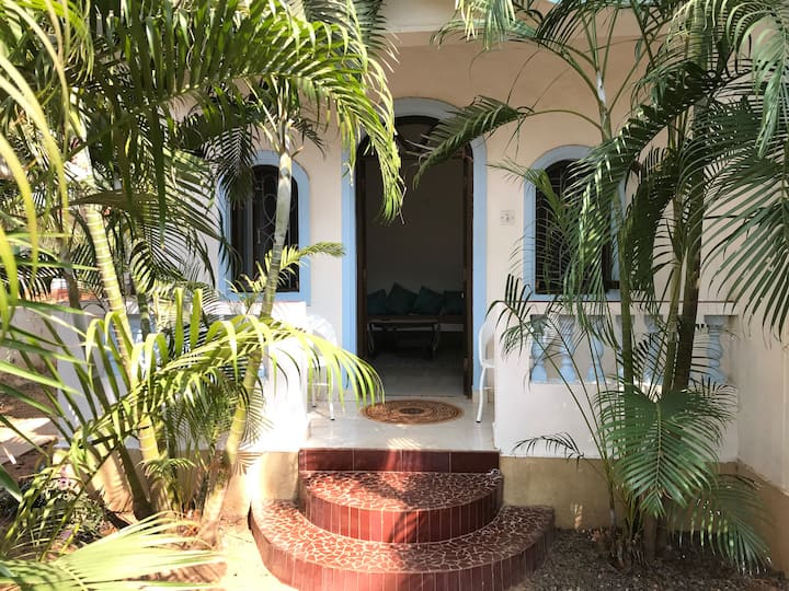 Chikoo apartment - 2 minutes lovely walk to beach
