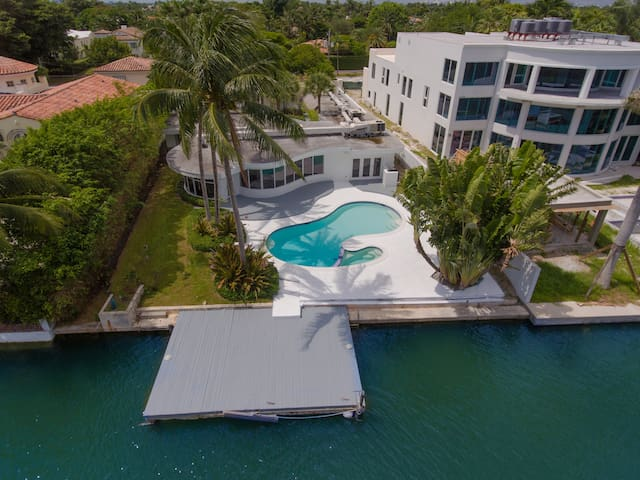 Waterfront + 5 Minutes to Beach + 5 Bedroom Home - Miami Beach - House