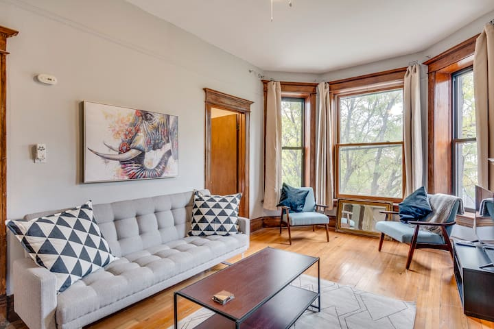 Top-Notch Top-Floor Bucktown 2 Bedroom