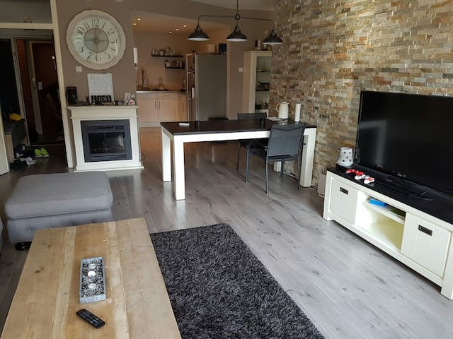 Luxe prive room, tv, kitchen, bathroom dining room - Capelle aan den IJssel - Huoneisto