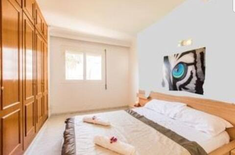 Grote tweepersoonskamer met badkamer in Marina