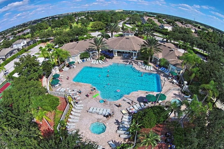 Perfect condo, minutes from Disney.