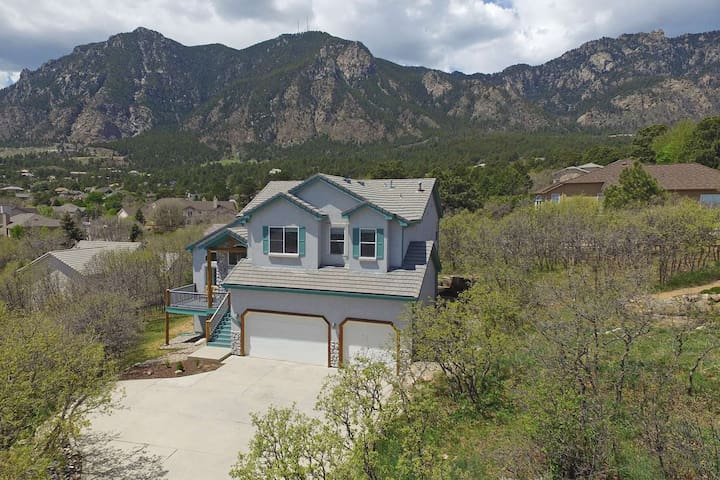 *Monthly Rates Available!*CHEYENNE MTN! Well appointed! 5 Miles to The Broadmoor, Wifi, Cable, AC