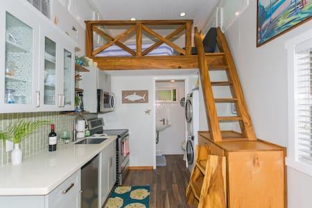 Hale Makai-A Tiny House By The Sea!