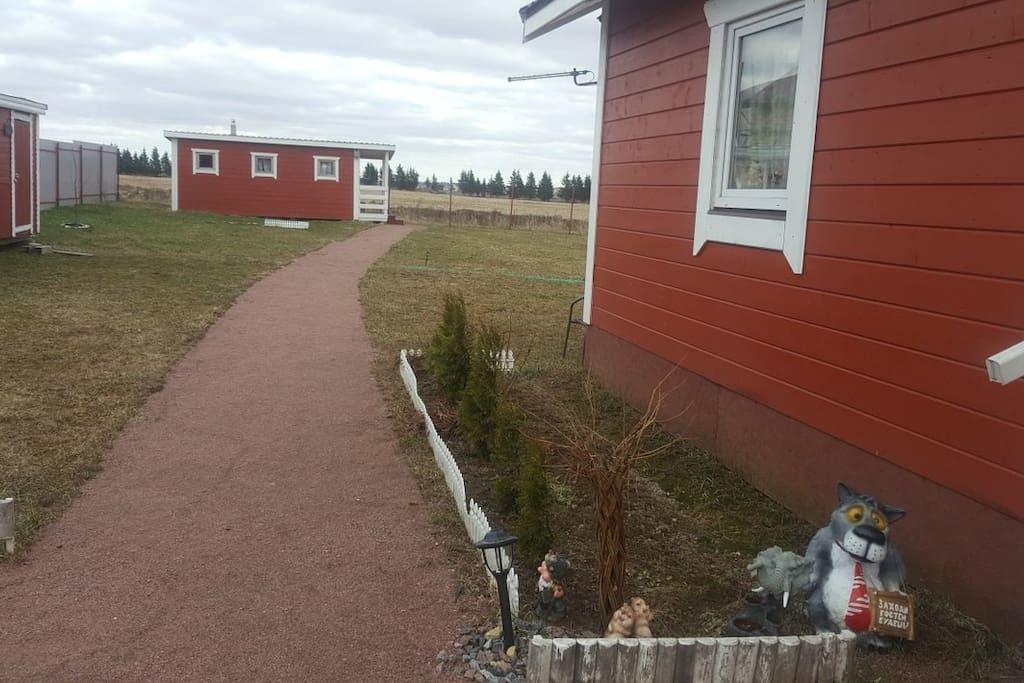 двор передний с видом на дом и баню