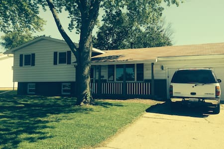 Updated Home in Quiet Area - Rantoul - Maison