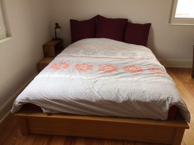 La chambre - lit 140 cm