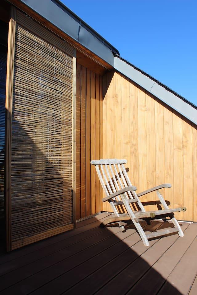 La terrasse: espace de lecture, causerie, bronzage en toute tranquillité, espace apprécié des fumeurs également.